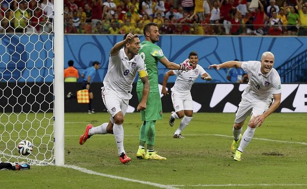 Američan Clint Dempsey (vlevo) se raduje ze vstřelení gólu proti Portugalsku.