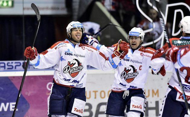 Tyler Redenbach z Pardubic (vlevo) se raduje z gólu s kapitánem Tomášem Rolinkem.