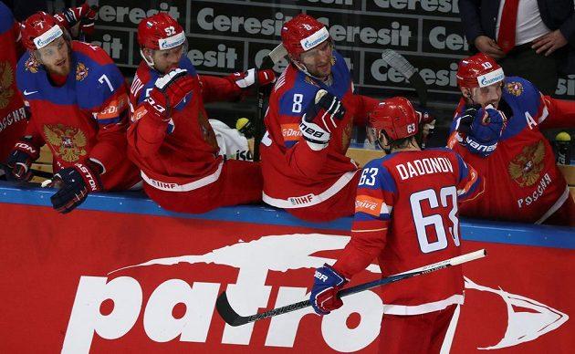 Ruský forvard Jevgenij Dadonov se raduje se spoluhráči z gólu proti Finům.