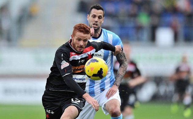 Slávistický záložník Marcel Gecov (vpředu) bojuje o míč s Lukášem Magerou z Mladé Boleslavi.