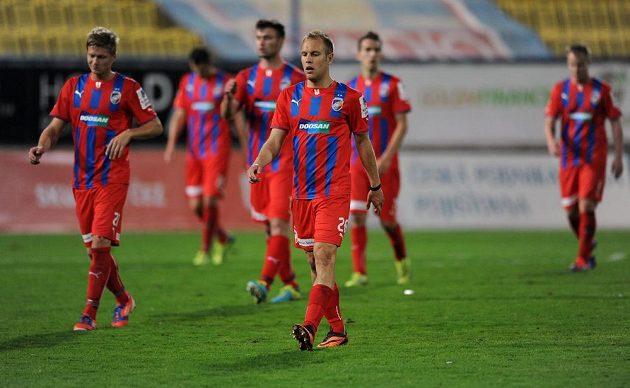Zklamaní hráči Plzně Daniel Kolář (uprostřed) a Václav Procházka (zcela vlevo) po prohraném utkání v Teplicích.