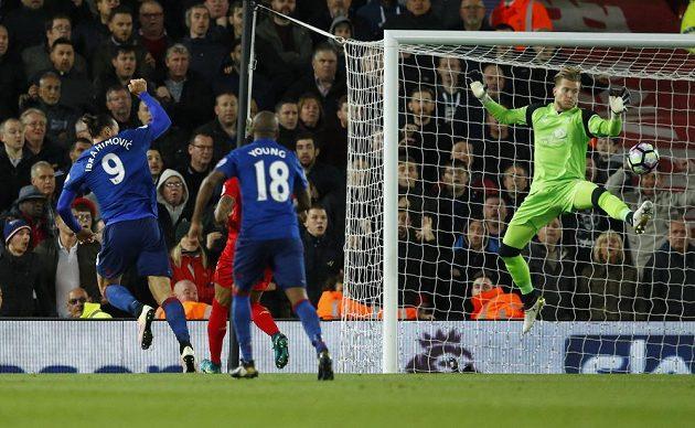 Forvard Manchesteru United Zlatan Ibrahimovic ve své šanci selhal.
