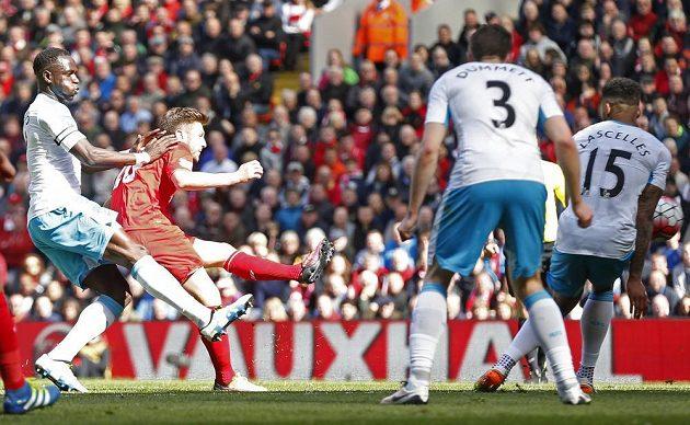 Liverpoolský Adam Lallana právě dává gól kola.