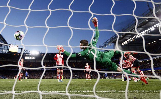 Brankář Southamptonu Forster se marně natahuje na hlavičku Cahilla z Chelsea.