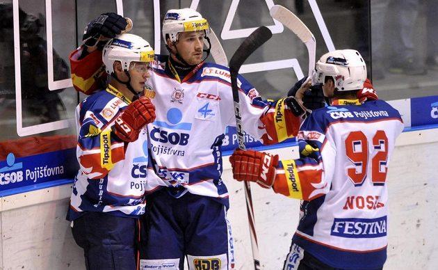 Hokejisté Pardubic se radují z gólu proti libereckým Tygrům.