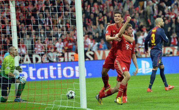 Fotbalista Bayernu Thomas Müller se raduje se spoluhráčem Mariem Gomezem z gólu v semifinále Ligy mistrů proti Barceloně.