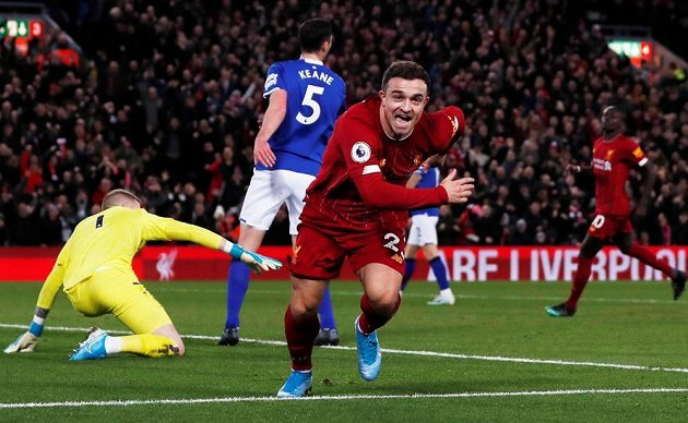 Liverpoolský Xherdan Shaqiri oslavuje svoji trefu proti Evertonu.