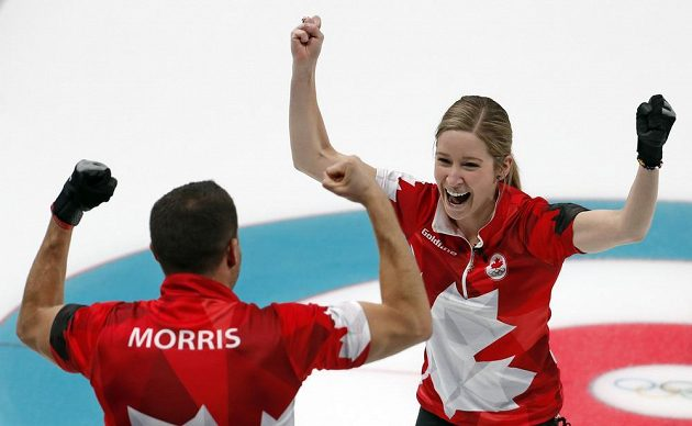 Zlatá radost kanadských curlerů Kaitlyn Lawesové s Johnem Morrisem.