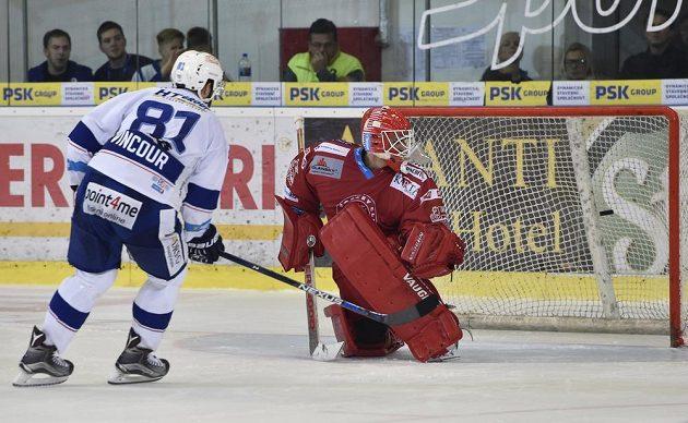Tomáš Vincour z Brna překonává Petera Hamerlíka v bráně Třince a střílí rozhodující gól.