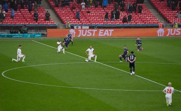 Fotbalisté Anglie a Skotska před zápasem ve Wembley poklekli na podporu hnutí BLM.