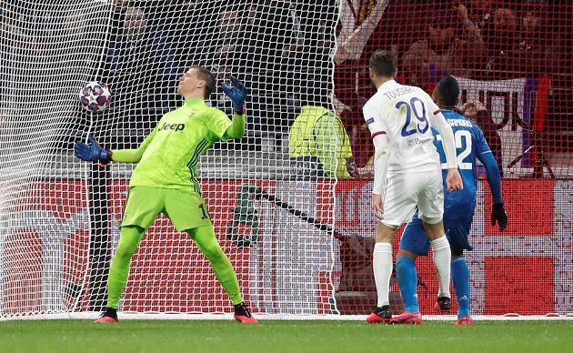 Lucas Tousart (v bílém) z Lyonu vstřelil jediný gól v souboji se slavným Juventusem.