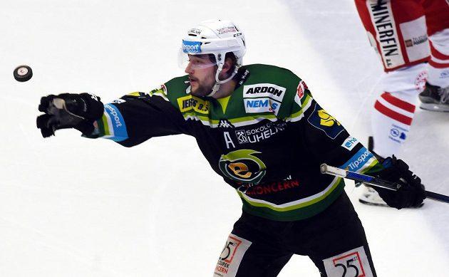 Karlovarský útočník Michal Vachovec během utkání v Třinci.