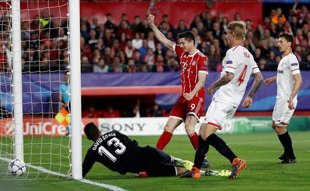 Robert Lewandowski z Bayernu se raduje z gólu, který si do vlastní brány vstřelil Jesus Navas (není ne obrázku).