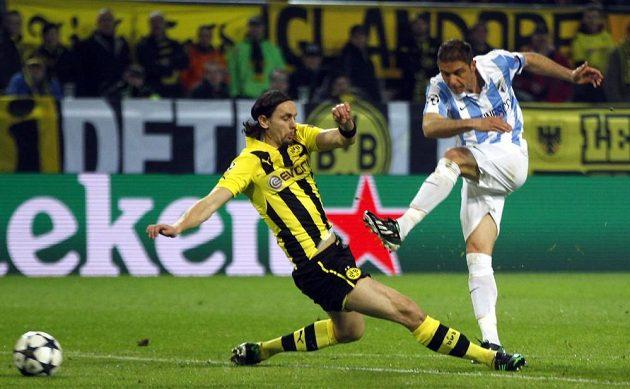 Joaquín z Málagy (vpravo) střílí i přes skluz Nevena Subotiče z Borussie Dortmund gól.