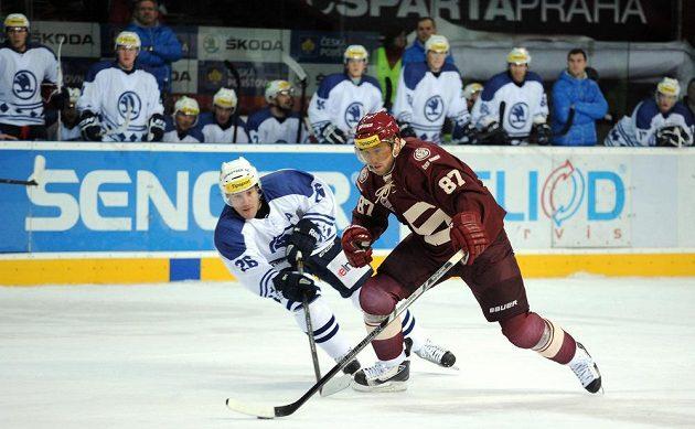 Plzeňský útočník Tomáš Vlasák (vlevo) se snaží zastavit sparťanského forvarda Petra Tona.