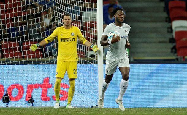 Brankář Interu Daniele Padelli (vlevo) nevěřícně máchá rukama po inkasovaném gólu, útočník Chelsea Michy Batshuayi sebral míč, aby se rychleji rozehrálo.