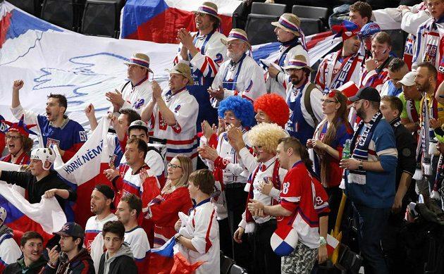 Čeští fandové v hledišti při utkání s Běloruskem na MS v Paříži.