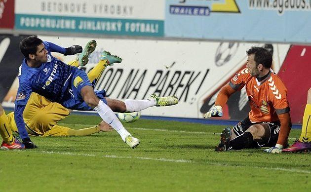 Liberecký záložník Luboš Hušek (v modrém dresu) před jihlavským brankářem Jaromírem Blažkem v utkání 18. kola fotbalové Gambrinus ligy.