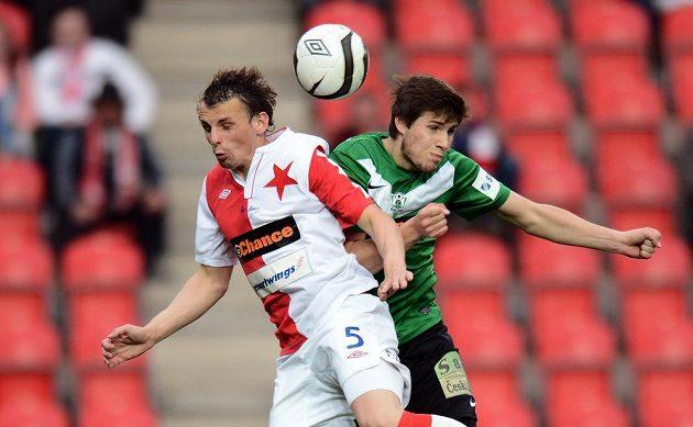 Milan Nitranský ze Slavie (vlevo) a jablonecký záložník Vojtěch Kubista během utkání 23. kola Gambrinus ligy.