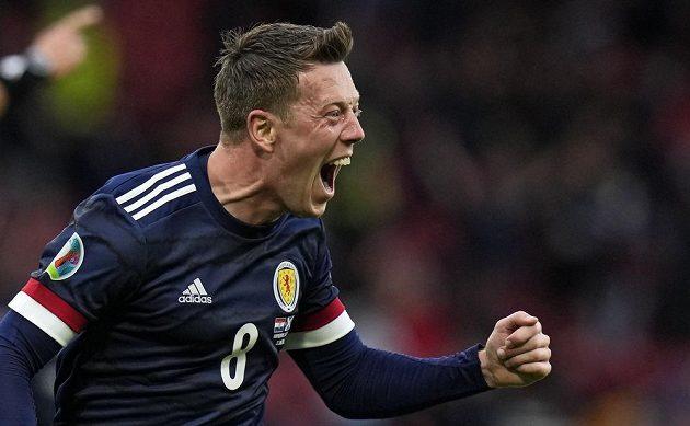 Skot Callum McGregor slaví svoji vyrovnávací trefu v utkání EURO proti Chorvatsku.