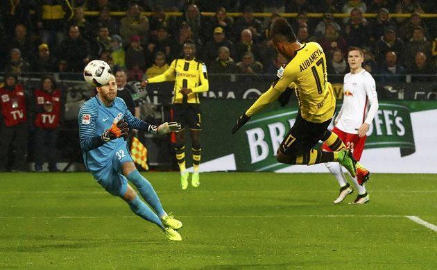 Dortmundský Pierre-Emerick Aubameyang dává gól hlavou v utkání proti Lipsku.