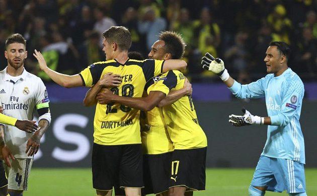 Vpravo překonaný brankář Realu Keylor Navas, druhý zprava je dortmundský autor gólu Pierre-Emerick Aubameyang.