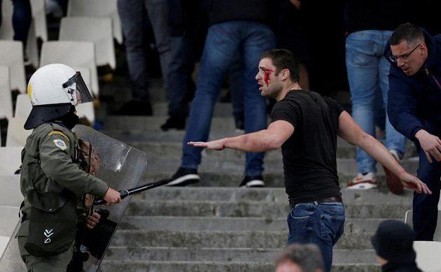 Policie zasahuje proti fanouškům Ajaxu.