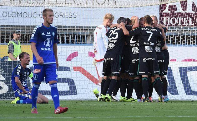 Příbramští fotbalisté (vpravo) se radují z vítězného gólu na hřišti Olomouce.