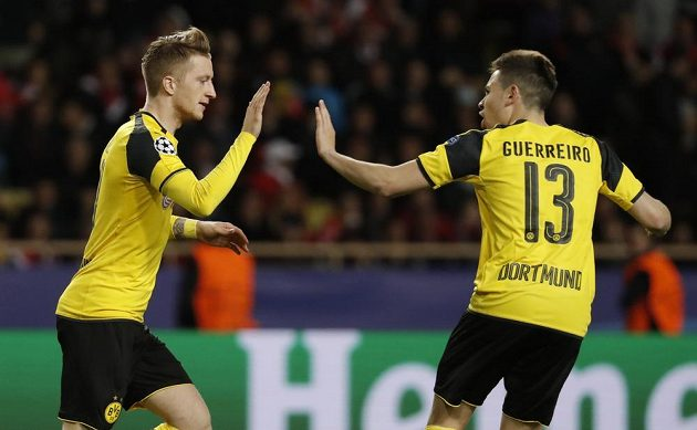 Borussia Dortmund snížila v Monaku v odvetném čtvrtfinále Ligy mistrů po trefě Marca Reuse, svůj gól slaví střelec s Raphaelem Guerreirem.
