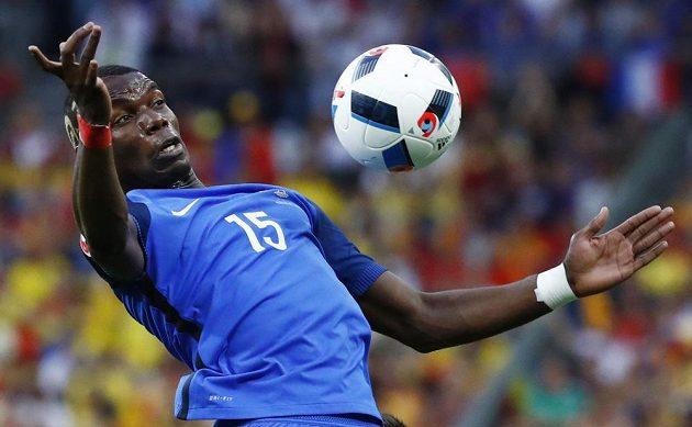 Francouzský záložník Paul Pogba zpracovává balón.