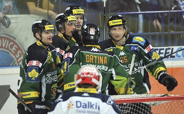 Hokejisté Karlových Varů slaví druhý gól na ledě Vítkovic, který vstřelil Tomáš Micka (zcela vpravo).