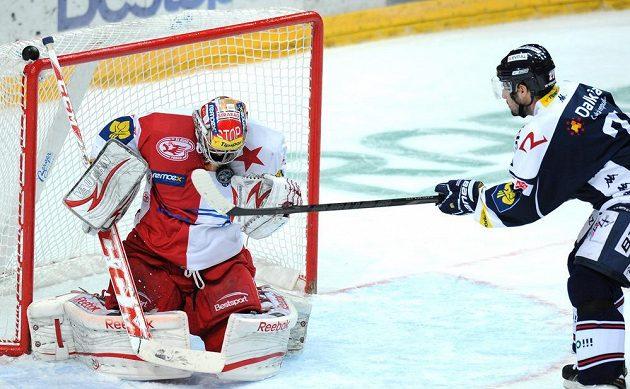 Brankář Slavie Praha Dominik Furch v utkání hokejové Tipsport extraligy s Vítkovicemi.