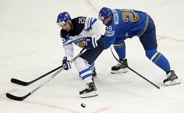 Fin Pekka Jormakka (vlevo) bojuje o puk s Alexejem Vasilčenkem z Kazachstánu.