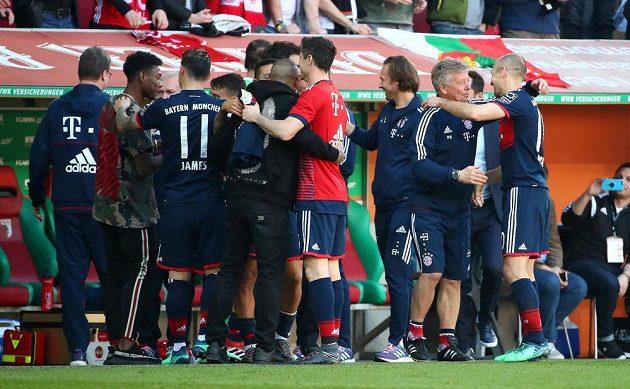 Je to doma. Fotbalisté Bayernu Mnichov získali v německé lize šestý mistrovský titul.