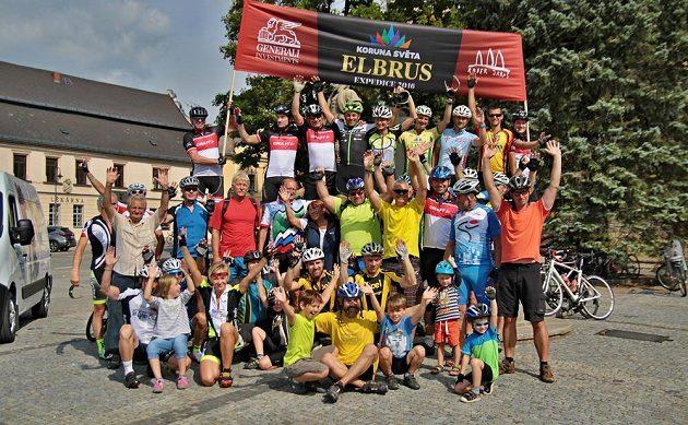 Radek Jaroš (uprostřed nahoře) vyrazil v doprovodu početné skupiny příznivců na kole směr Kavkaz, kde chce zdolat horu Elbrus.