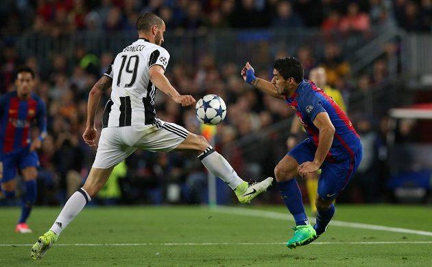 Barcelonský Luis Suárez v souboji o míč s Leonardem Bonuccim z Juventusu během odvetného čtvrtfinále Ligy mistrů.