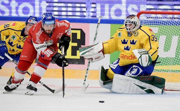 Tomáš Rachůnek před švédským brankářem Adamem Reidebornem.