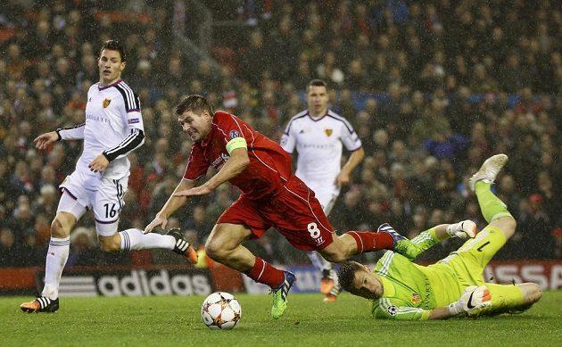 Brankář Basileje Tomáš Vaclík v souboji s liverpoolským Stevenem Gerrardem v duelu Ligy mistrů.