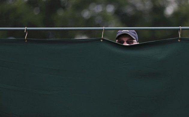 Když se na vás lístky do Wimbledonu nedostanou, nezbývá než šmírovat přes plachtu.