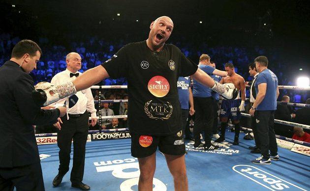 Britský boxer Tyson Fury si vítězný návrat do ringu užíval.