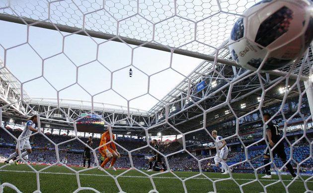 Argentinký brankář Wilfredo Caballero inkasuje gól v utkání s Islandem.