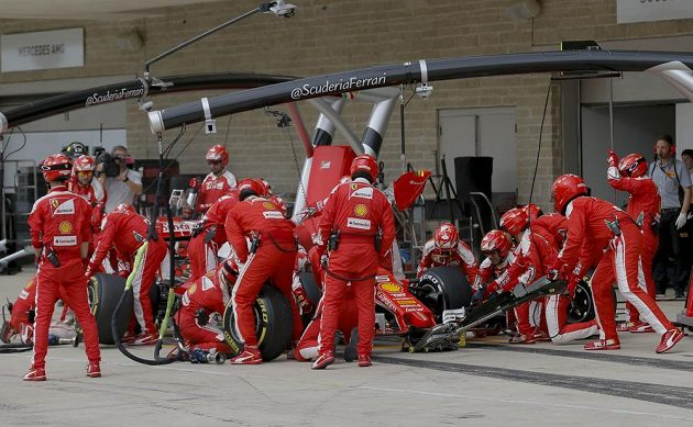 Sebastian Vettel u svých mechaniků během Velké ceny USA.