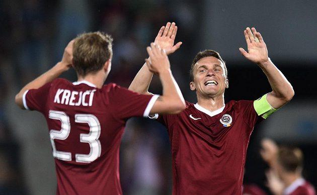 Sparťanský útočník David Lafata (vpravo) se raduje se záložníkem Ladislavem Krejčím ze vstřelení gólu proti Tallinnu.