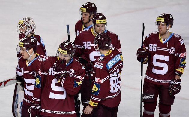 Smutek hokejistů Sparty po utkání s Olomoucí.