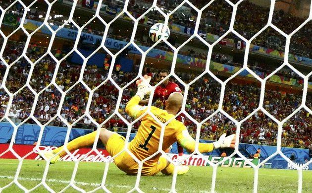 Portugalec Nani (vzadu) překonává amerického brankáře Tima Howarda.