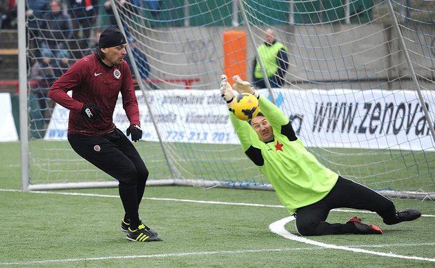 Internacionál Sparty Paha Marek Kincl (vlevo) a Martin Vaniak ze Slavie během tradičního Silvestrovského derby mezi týmy AC Sparta Praha a SK Slavia Praha.