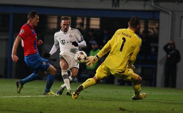 Brankář Plzně Matúš Kozáčik při zákroku proti Francku Ribérymu z Bayernu.