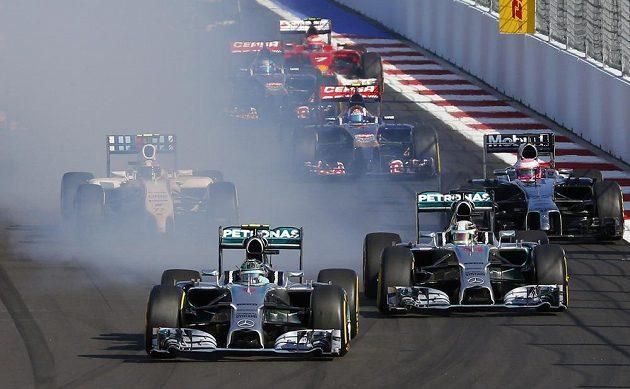 Nico Rosberg se krátce po startu dostal do čela, ale následně probrzdil pneumatiky a musel do boxů.
