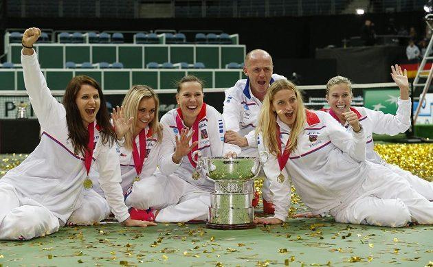 Úspěšné tenistky zleva Lucie Šafářová, Klára Koukalová, Lucie Hradecká, kapitán Petr Pála, Petra Kvitová a Andrea Hlaváčková pózují s pohárem pro vítězky Fed Cupu.