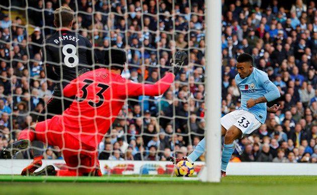 Gólman Arsenalu Petr Čech v tuto chvíli zlikvidoval šanci Manchesteru City, jinak ale v utkání třikrát kapituloval.